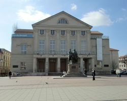 Weimar_Theatermit-Denkmal